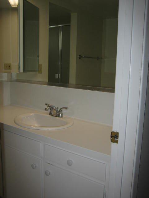 Noel Oaks Apartments - Bathroom