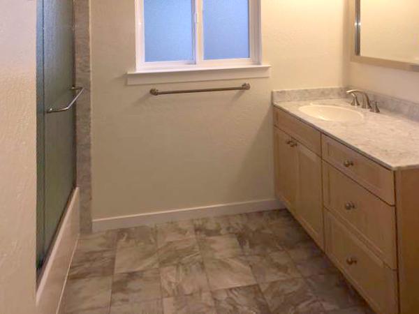 Midfield Apartments - Bathroom
