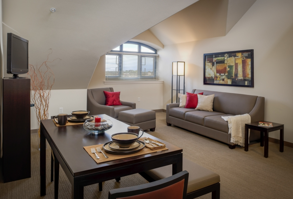 Munger, Premium 2-Bedroom, Living and Dining Room
